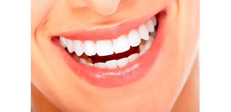 dettaglio bocca con denti allineati